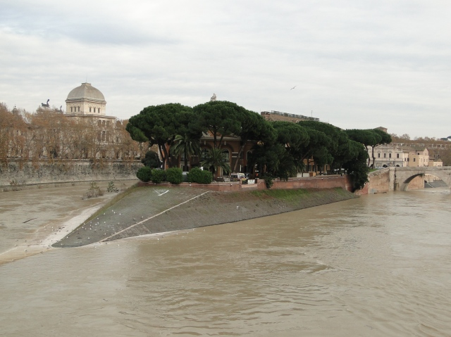 flooded river banks at Isola Tiberina
